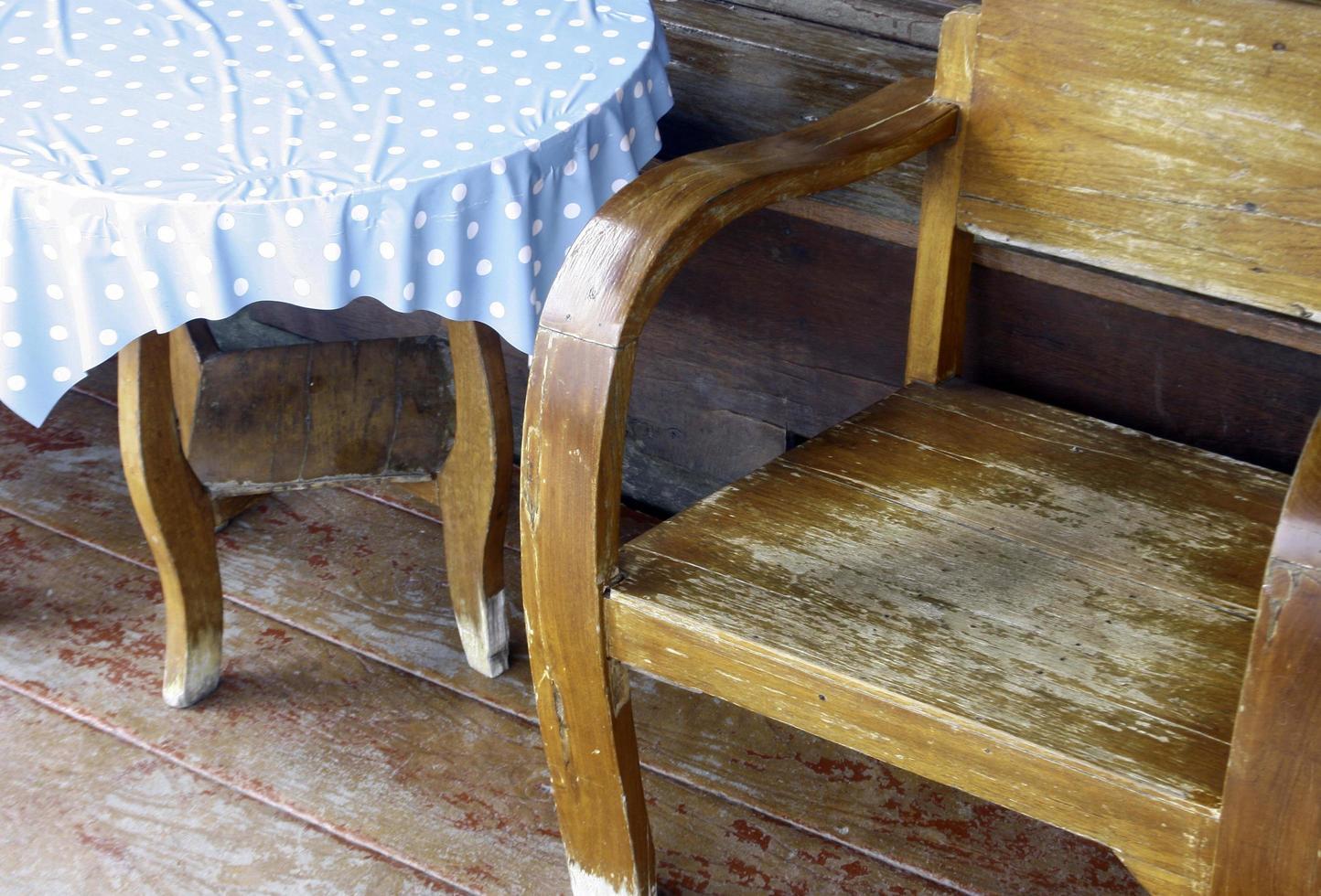 houten bank en tafel foto
