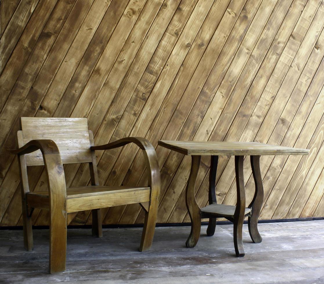 houten stoel en tafel foto