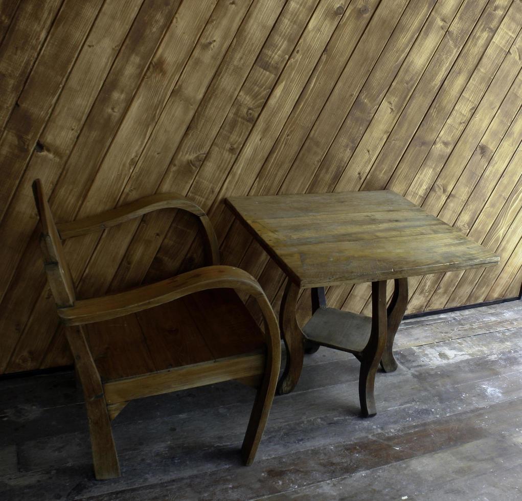 stoel en tafel buiten foto
