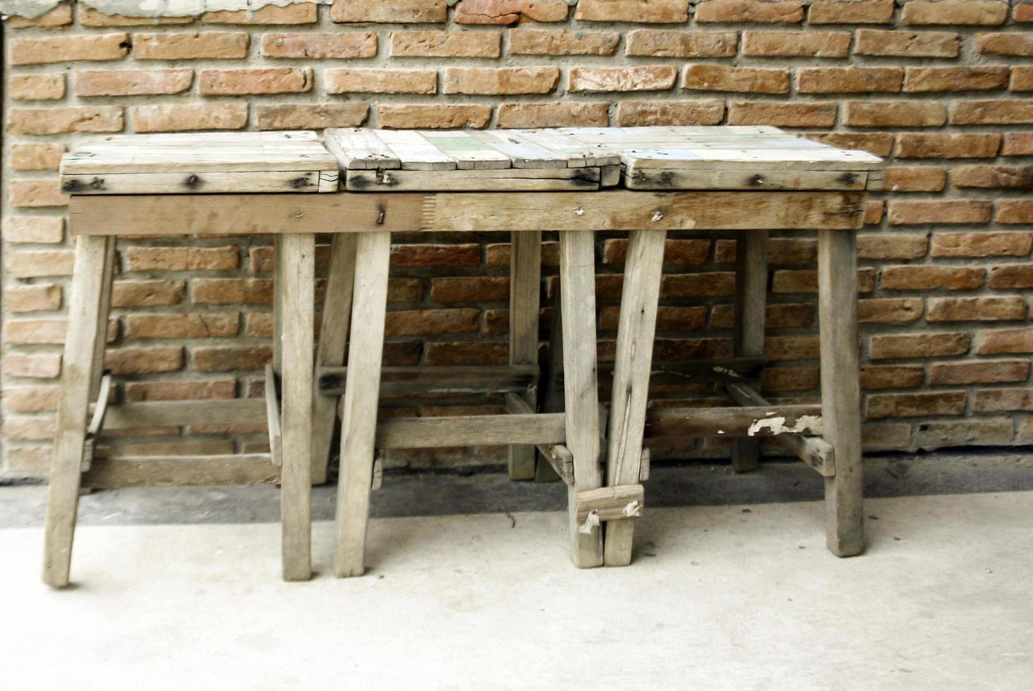 oude houten krukken foto
