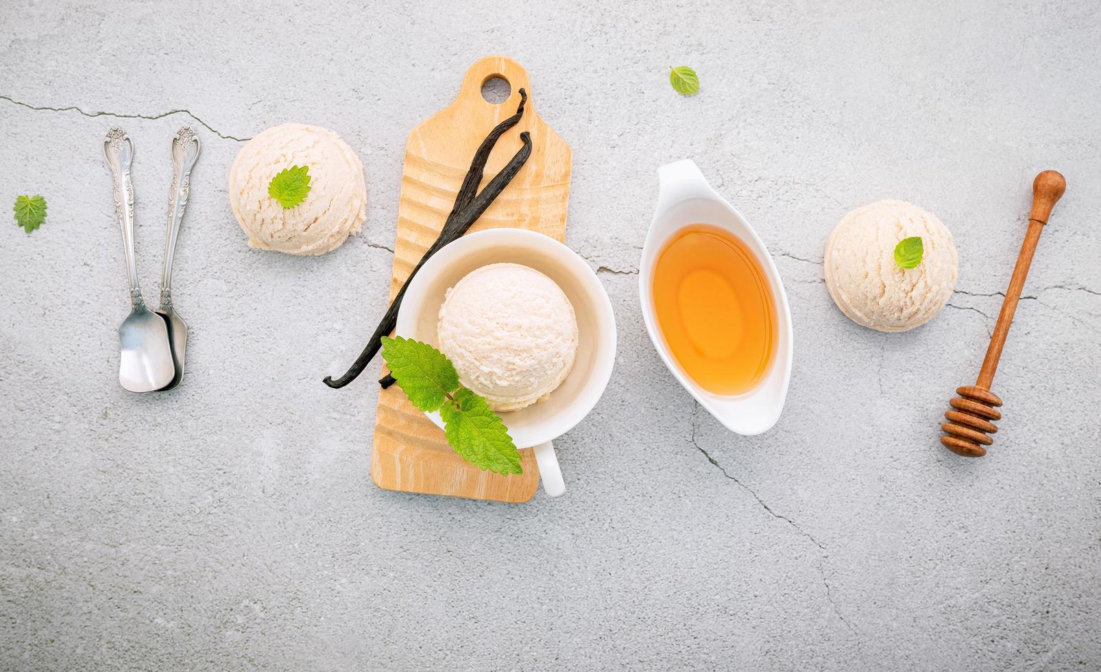 vanille-ijs smaak in kom met vanillestokjes en honing foto
