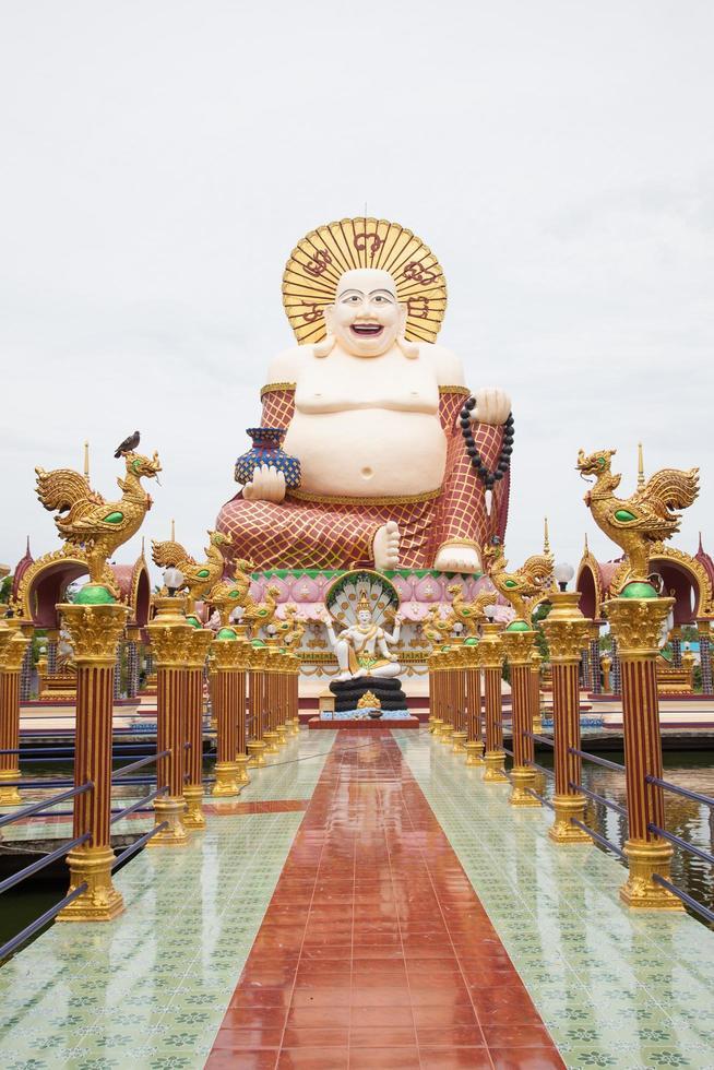 boeddha in een tempel op koh samui, thailand foto