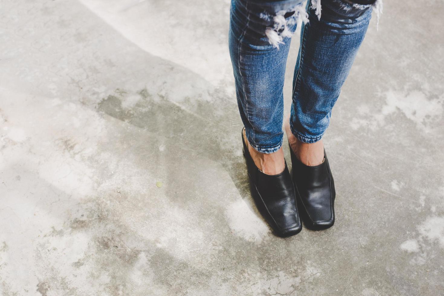 vrouw benen in denim jeans foto