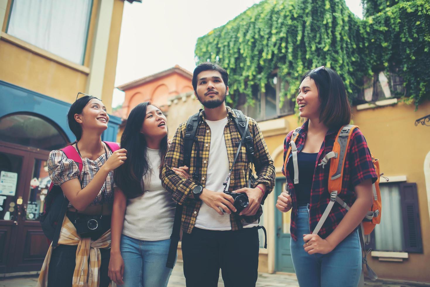 groep vrienden bijeen in het stadscentrum foto