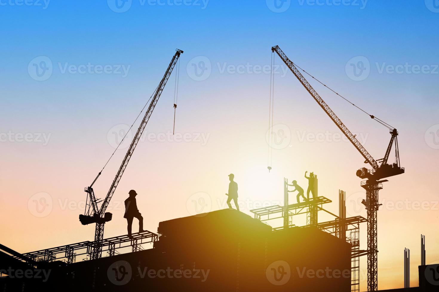 ingenieurs silhouet in de zonsondergang foto