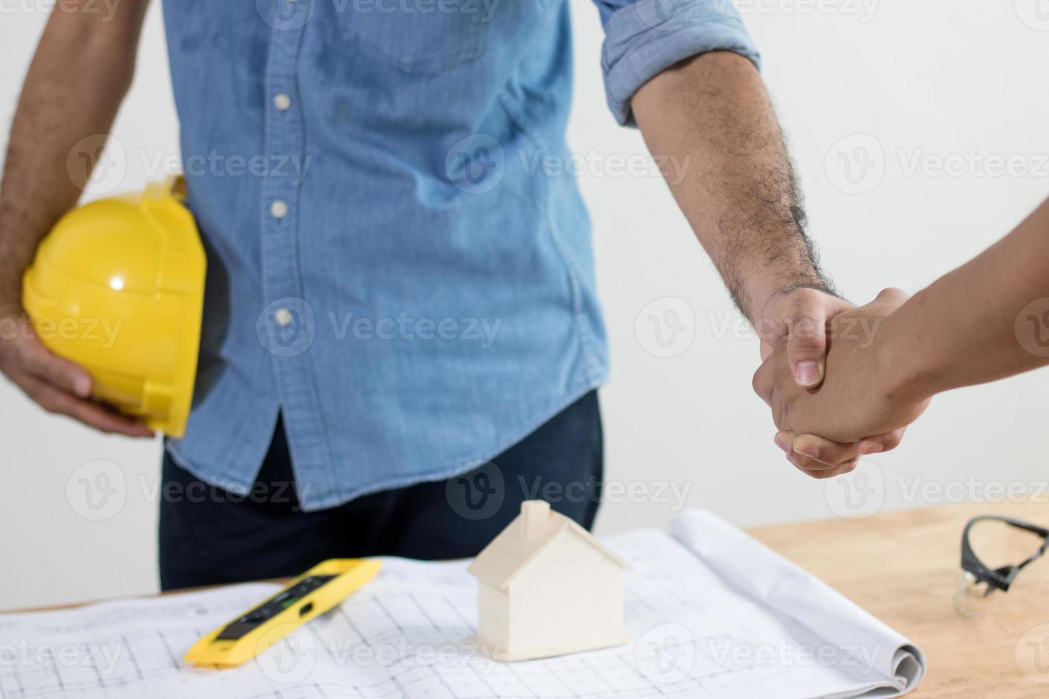 twee ingenieurs die elkaar de hand schudden foto