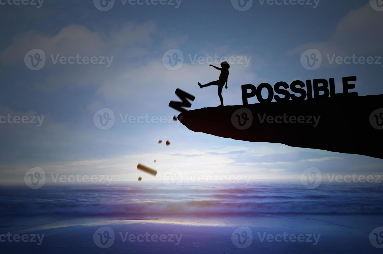 silhouet van mensen schoppen onmogelijk om mogelijk te zijn foto