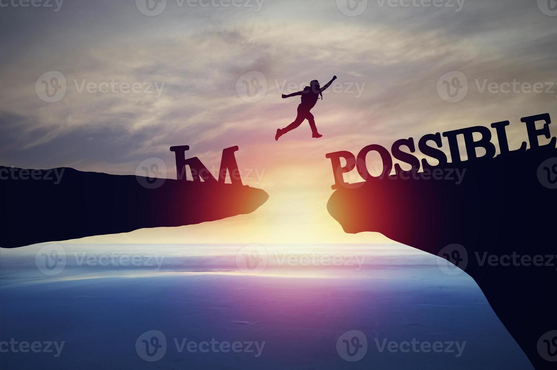 silhouet van persoon die over het onmogelijke springt foto