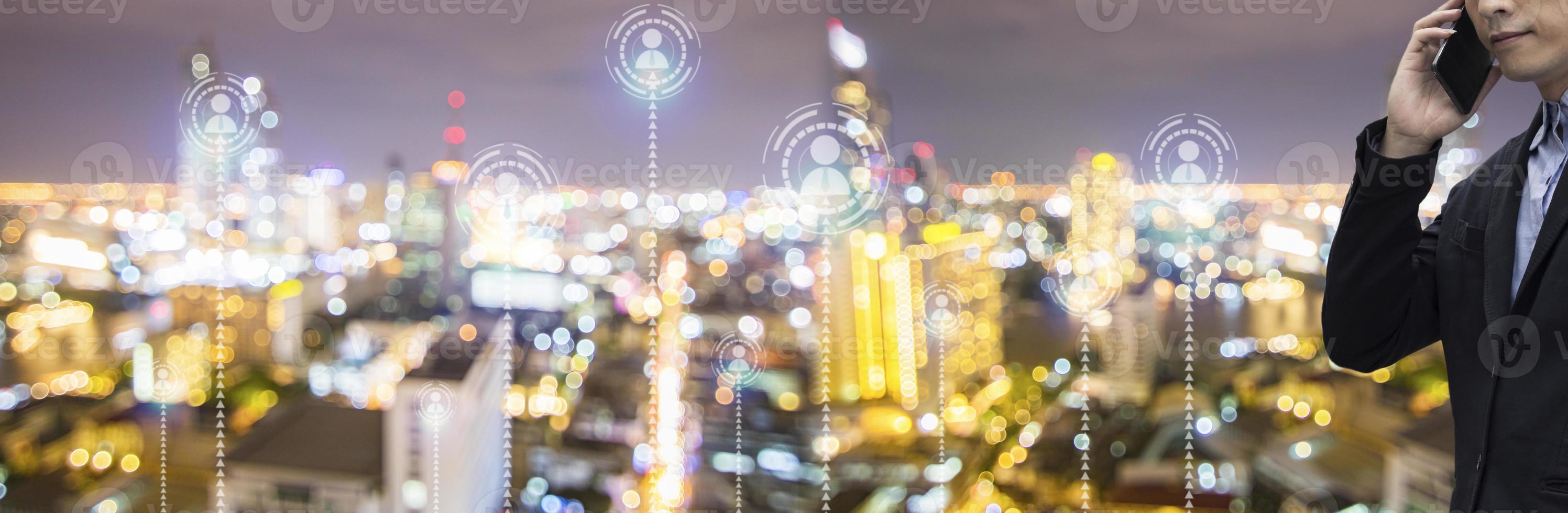 zakenman tijdens een telefoongesprek met stadsachtergrond foto
