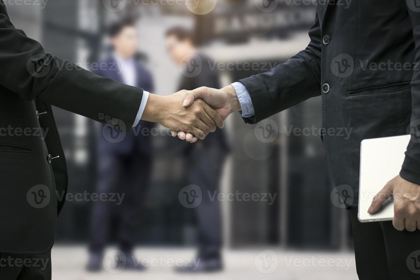sluit omhoog van zakenlieden die handen schudden foto