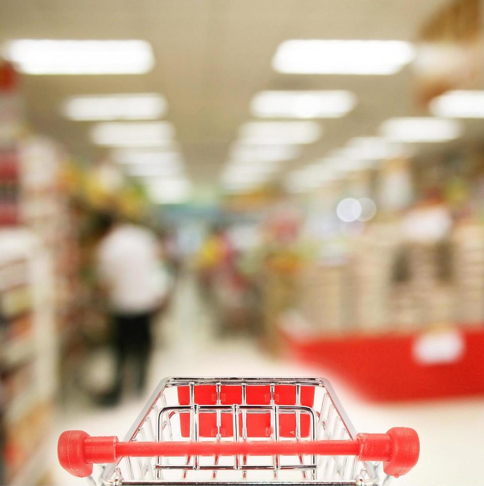 winkelwagen in de winkel foto
