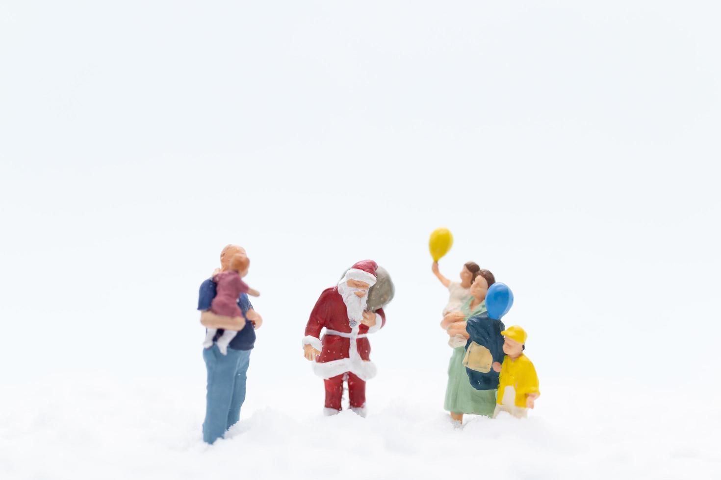 miniatuurbeeldjes van de kerstman en kinderen foto