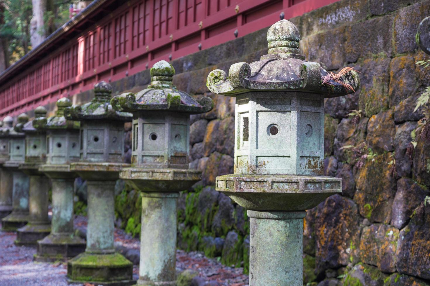stenen lantaarns in japan foto