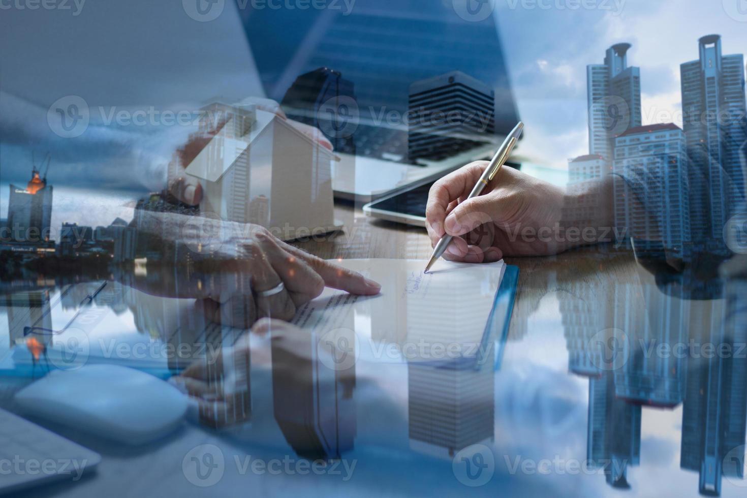 handen ondertekenen contracten met stadslandschap overlay foto