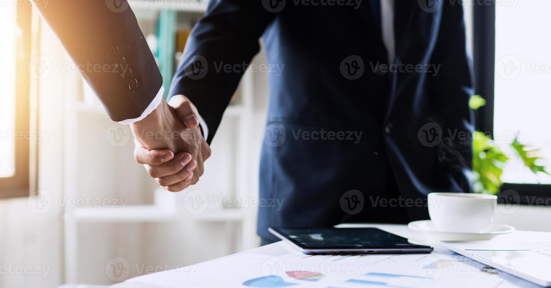 succesvol onderhandelings- en handdrukconcept foto