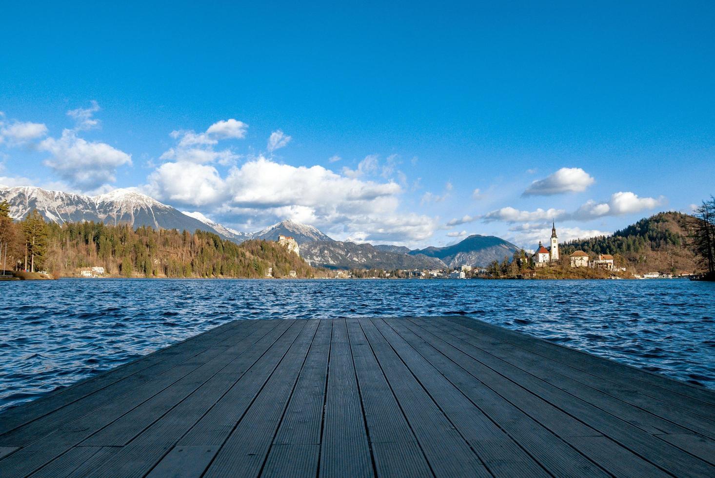 uitzicht op het meer dat vanaf een dek is afgetapt foto