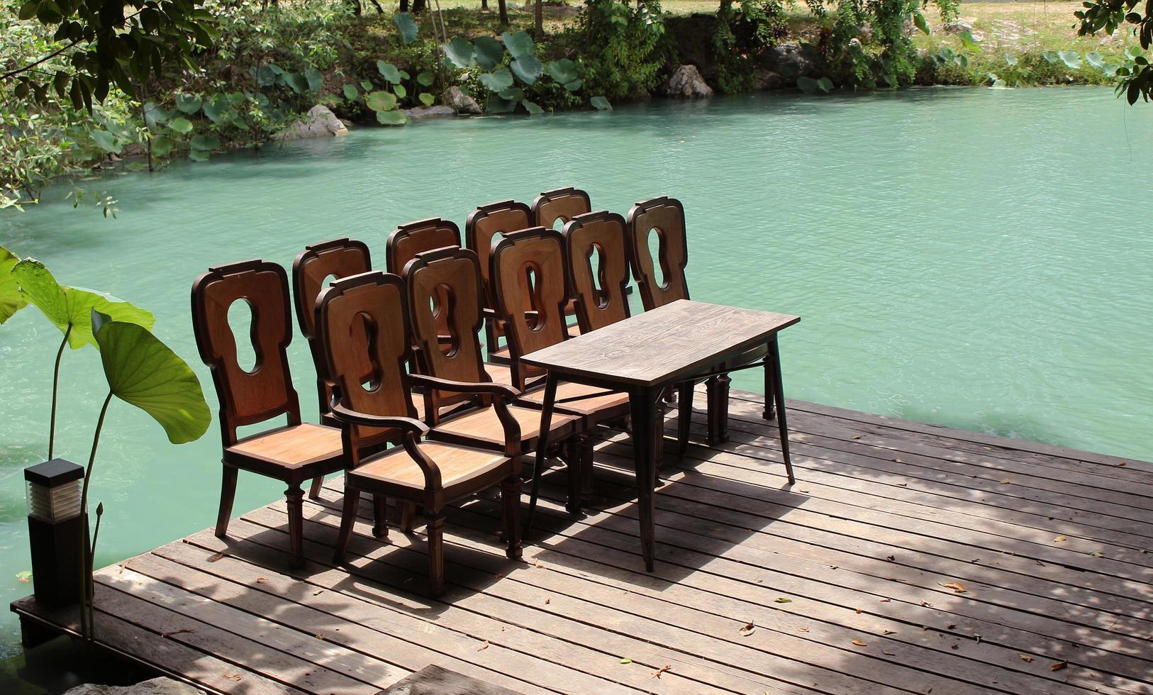 set stoelen en tafel op een dok foto