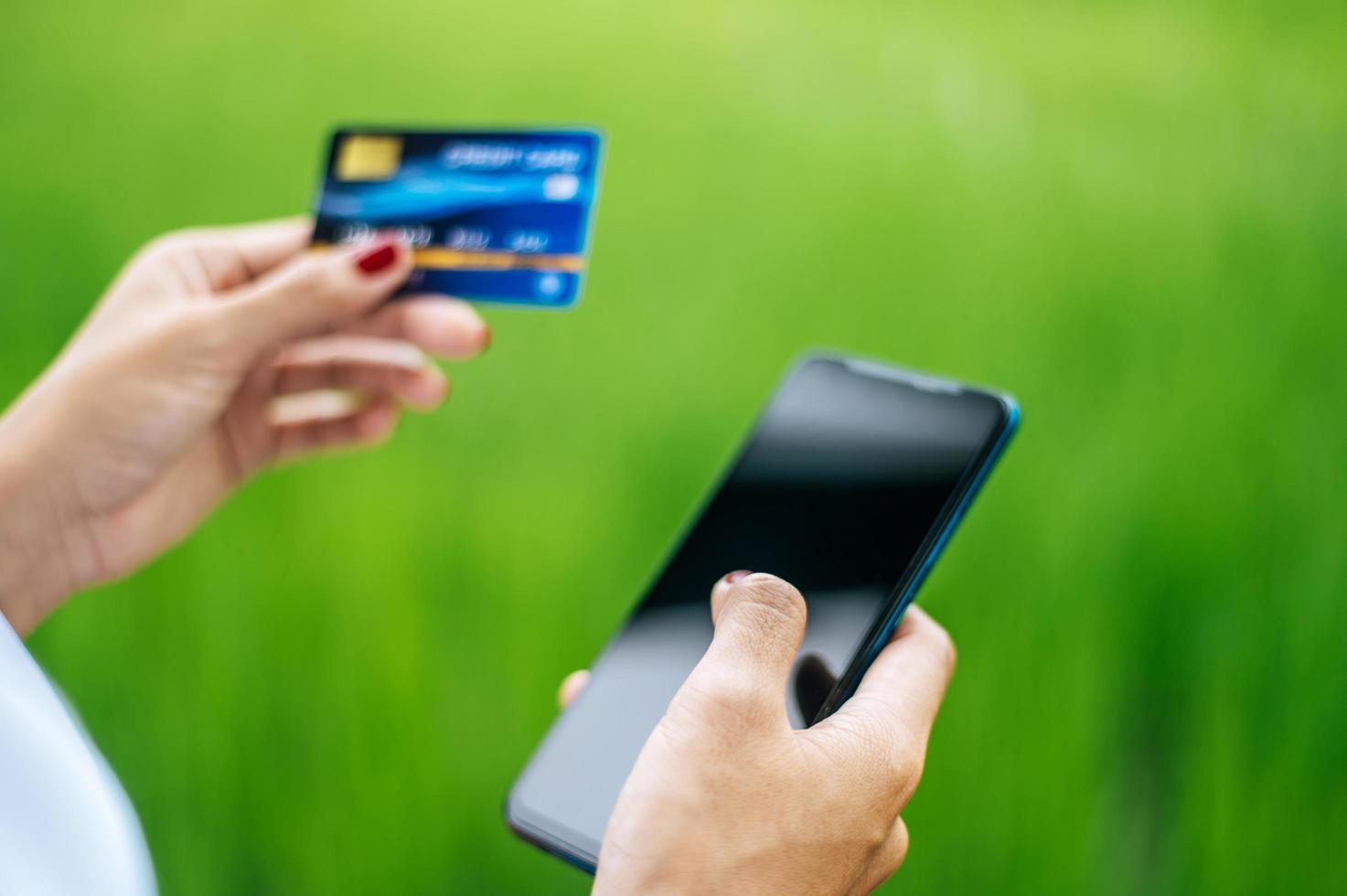 betaling voor goederen met creditcard via smartphone foto