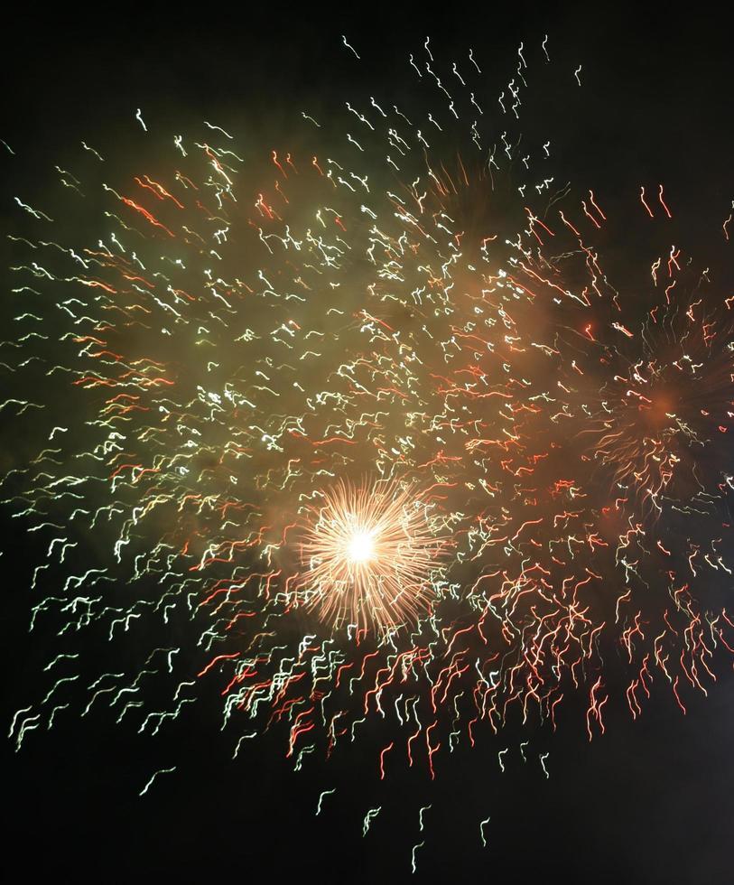 verschillende vuurwerk in de lucht foto