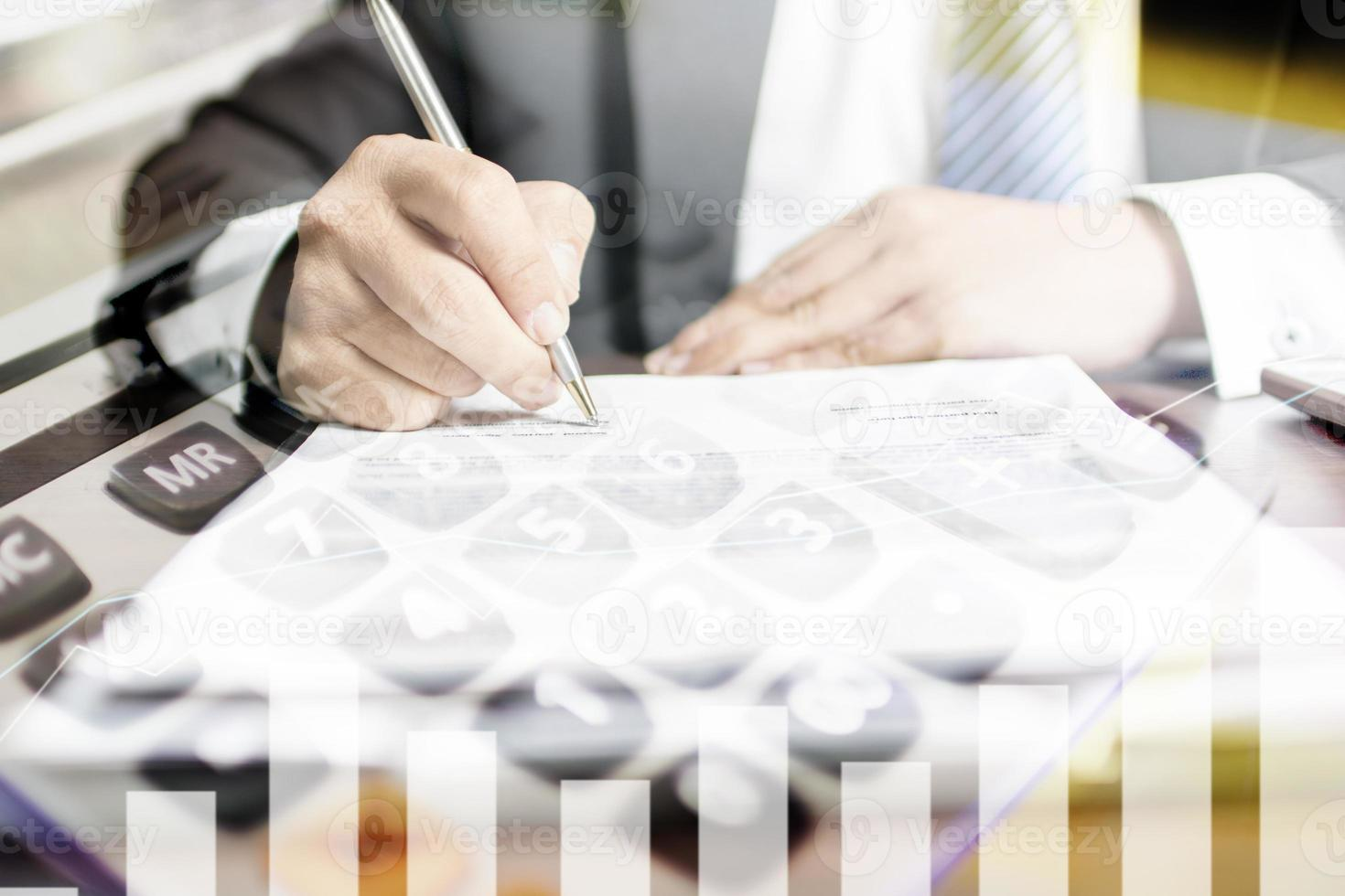 dubbele belichting ondertekening van documenten en rekenmachine foto