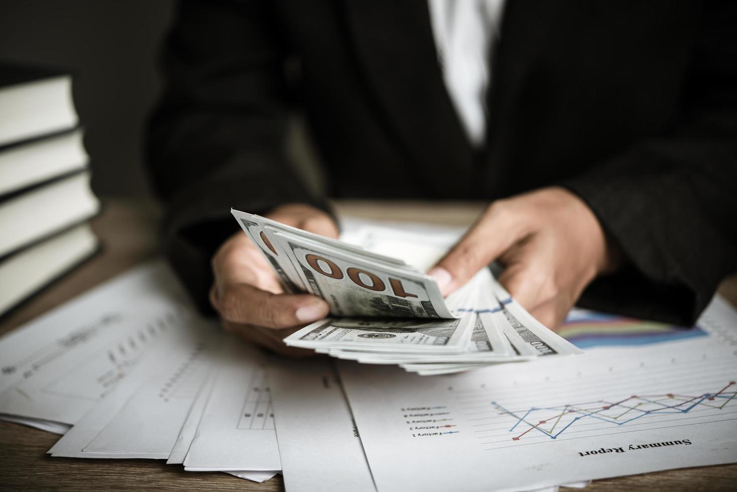 handen van zakenvrouw geld houden foto
