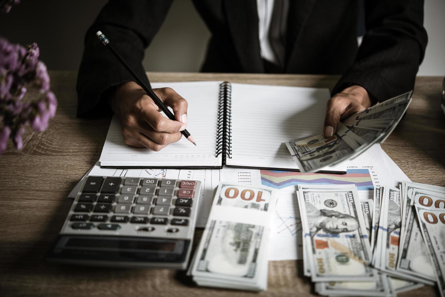 ondernemer berekent financiële groei en investeringen foto