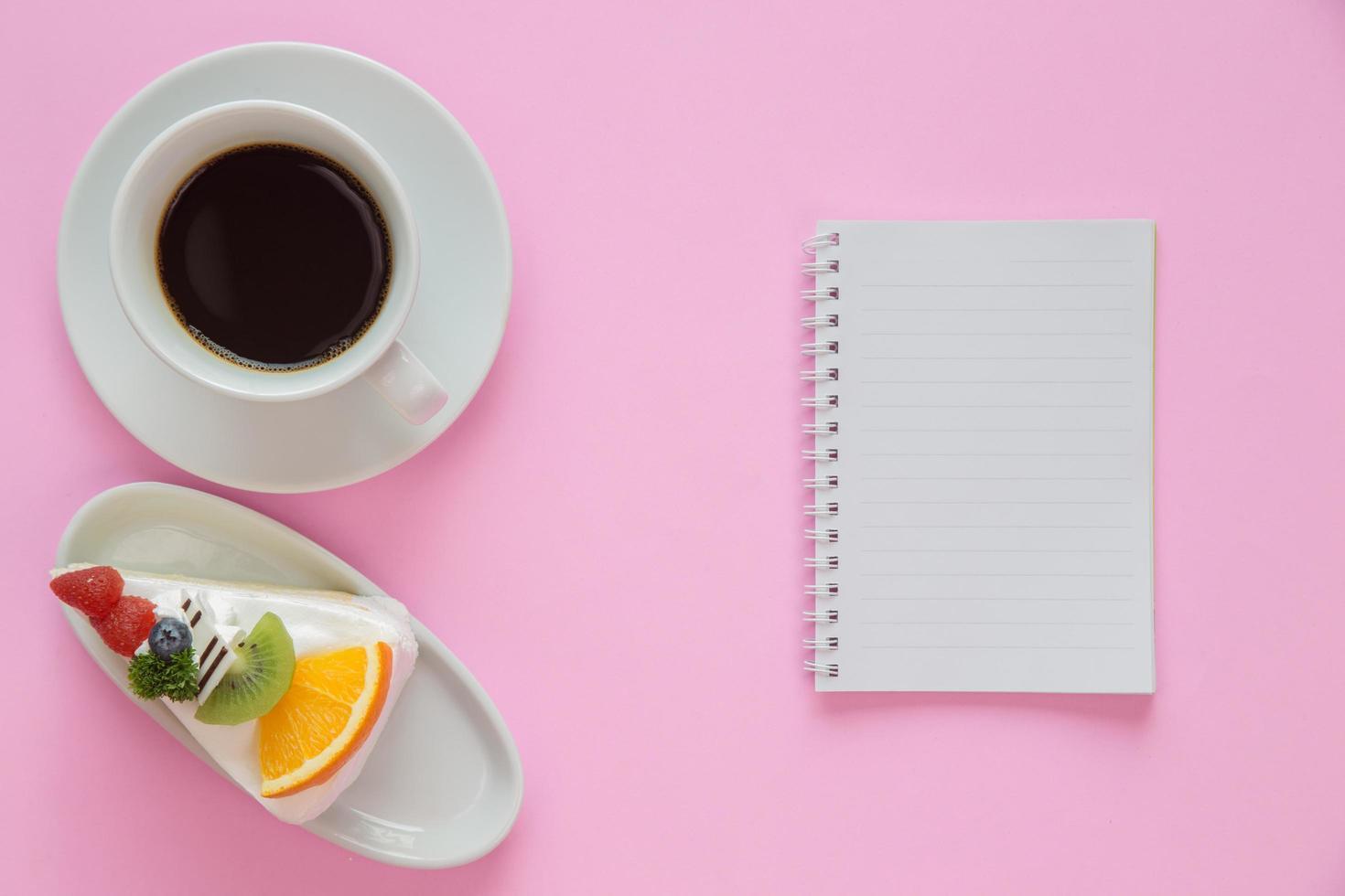 bovenaanzicht van bureau met koffie en dessert foto
