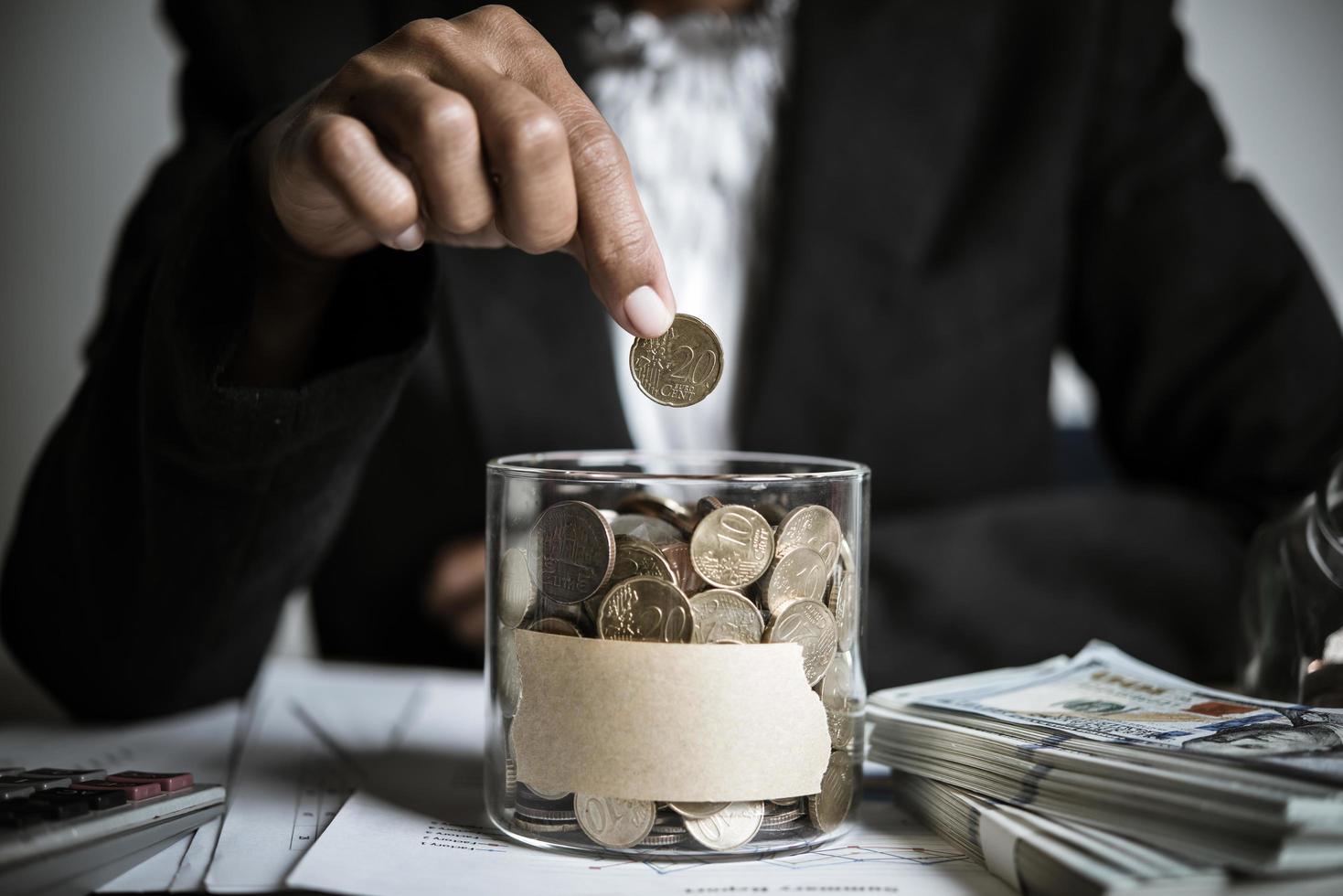 zakenman die geld schenkt aan een goed doel foto