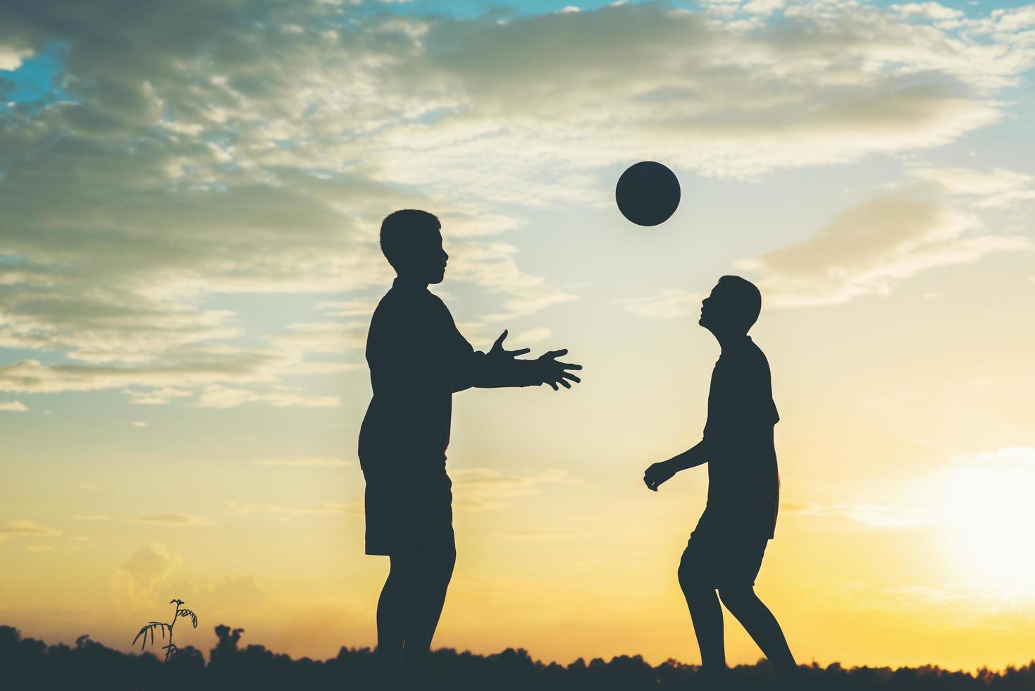 silhouet van kinderen voetballen foto