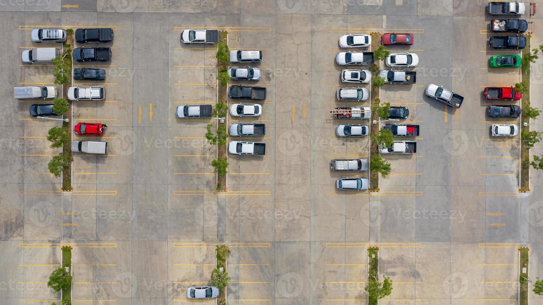 bovenaanzicht van een parkeerplaats foto