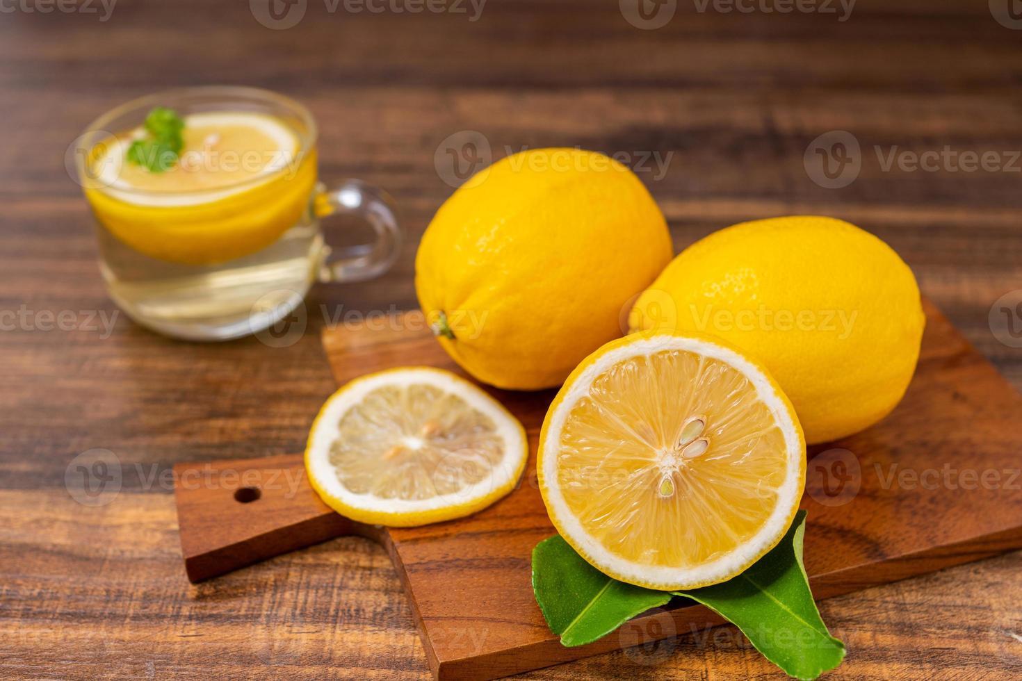 gesneden citroenen op een snijplank foto