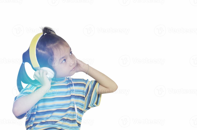 jong meisje luisteren muziek met een koptelefoon foto