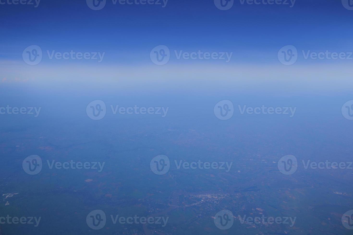 blauwe lucht en witte wolken vanuit vliegtuig foto
