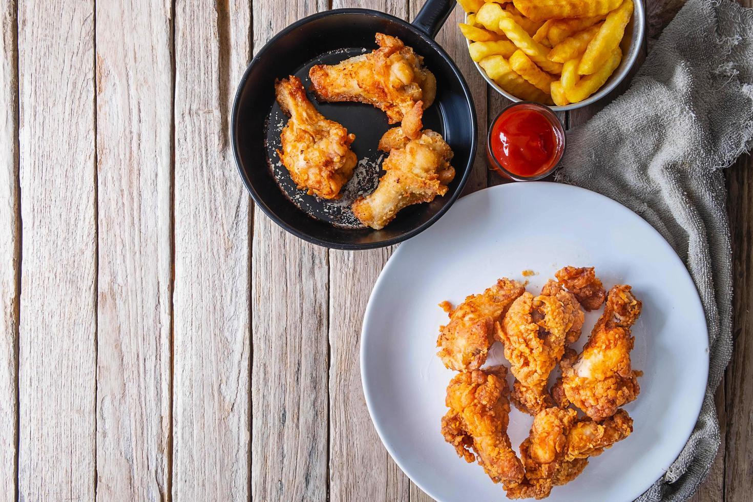 gebakken kip op een houten tafel foto