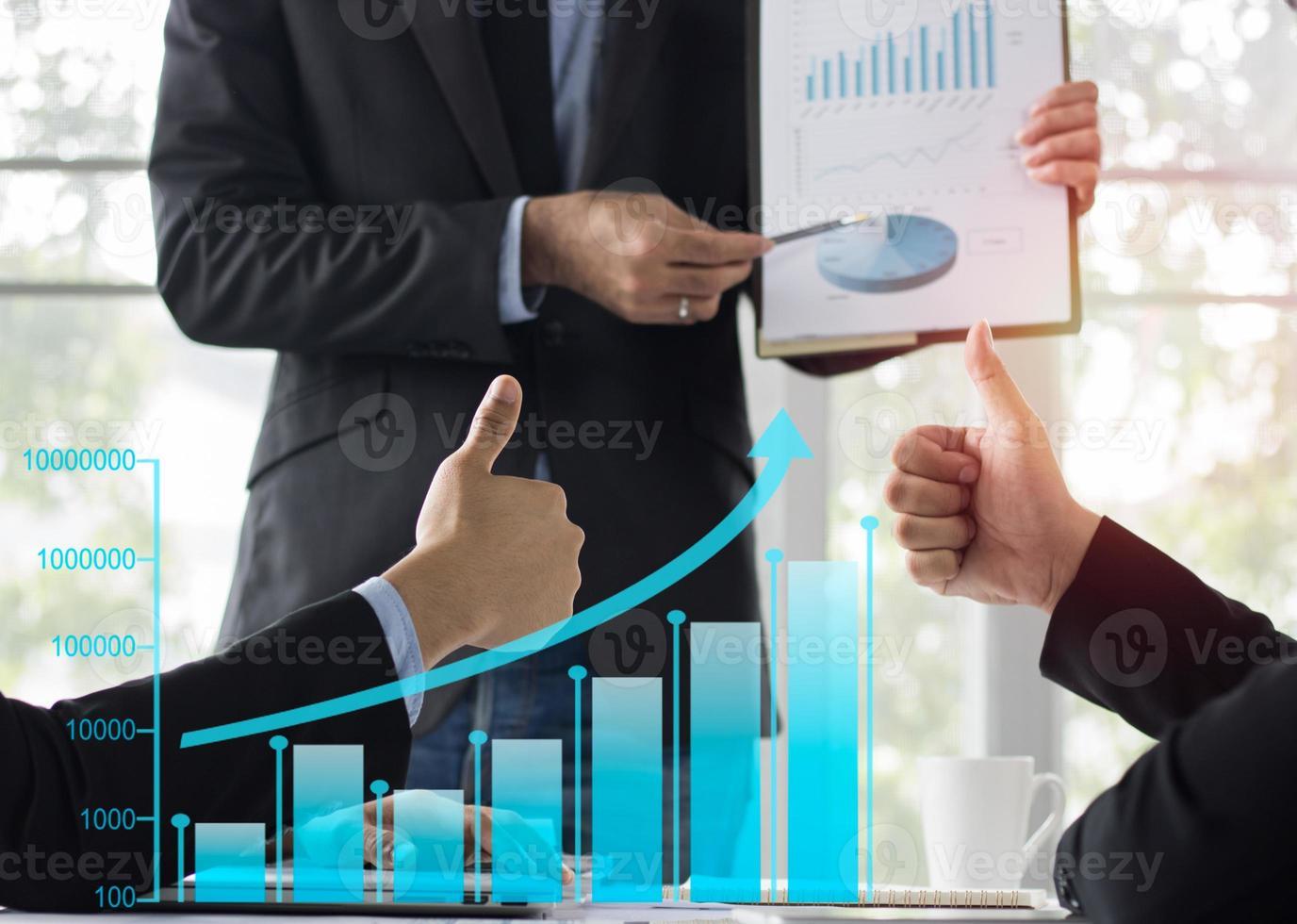 zakelijke bijeenkomst grafieken bespreken met duimen omhoog foto