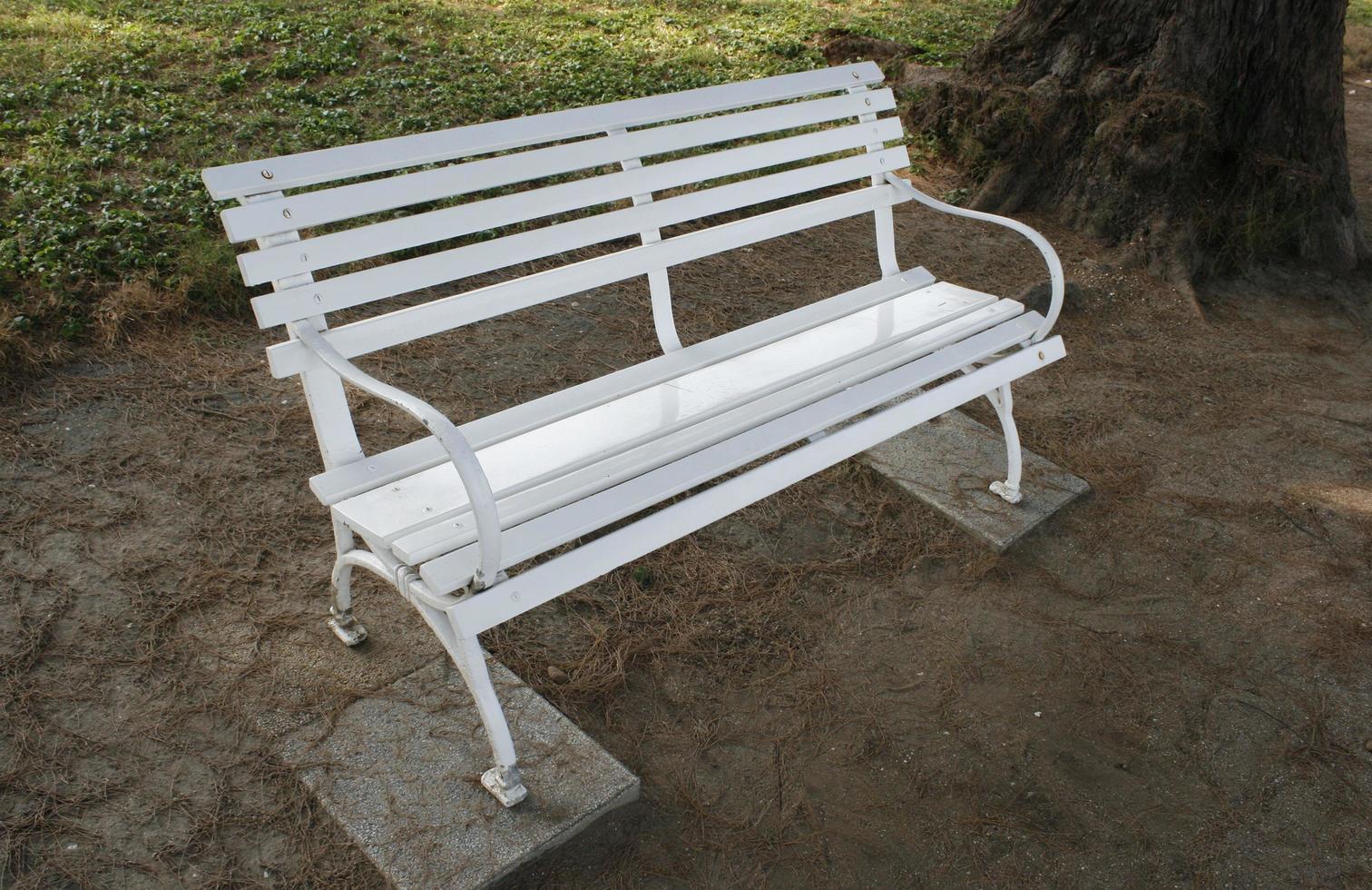 witte bank in een park foto