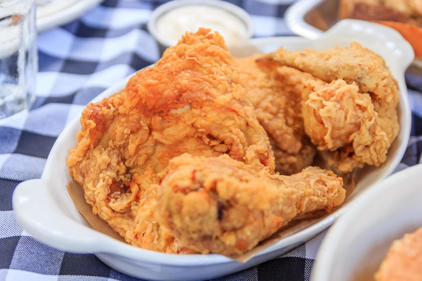 een bord verse, hete, krokant gebakken kip foto