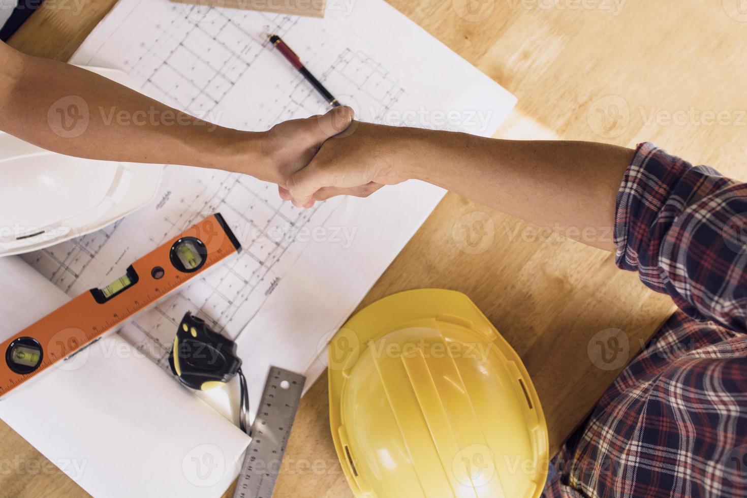architect en ingenieur handen schudden foto