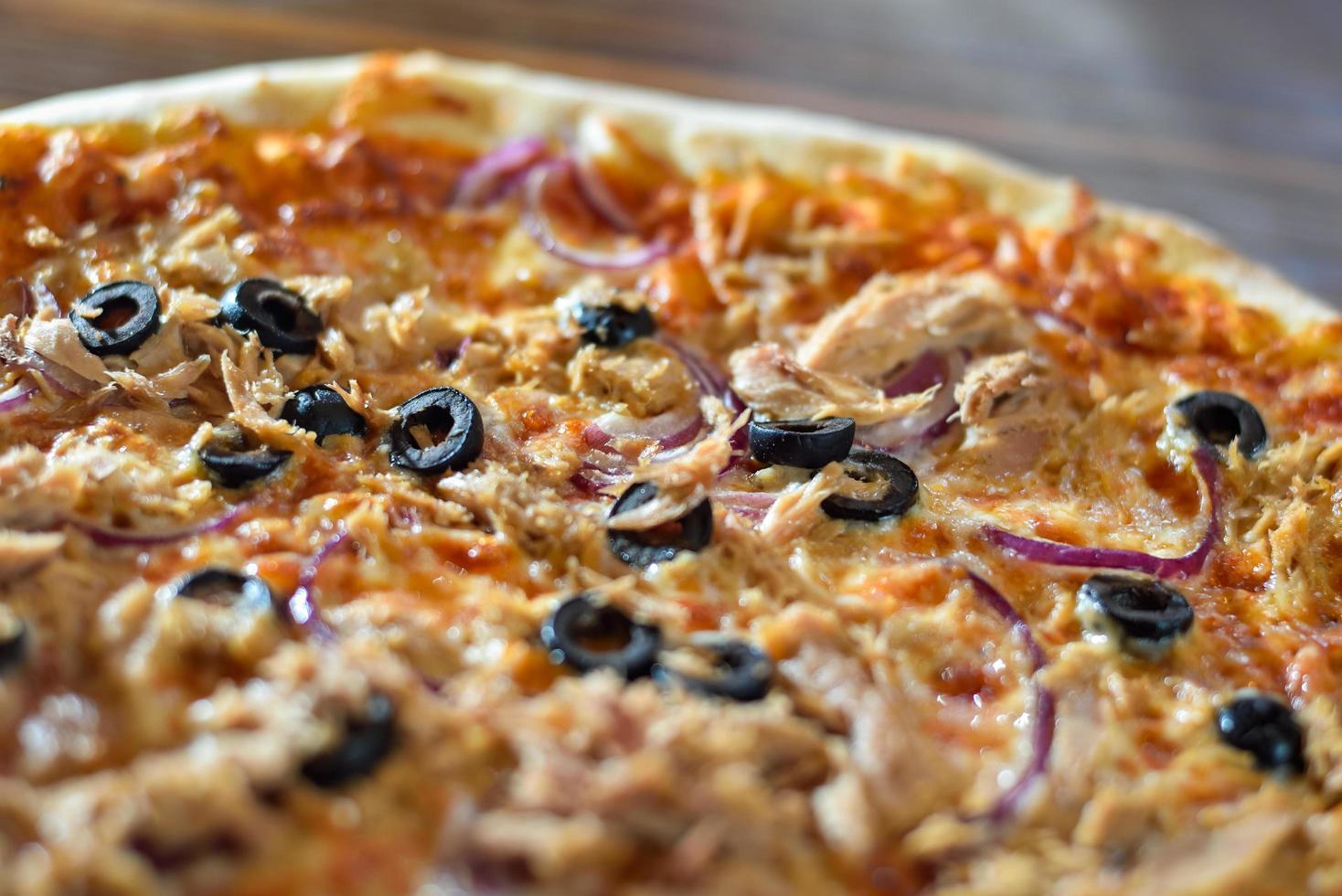 pizza met olijven en worst foto