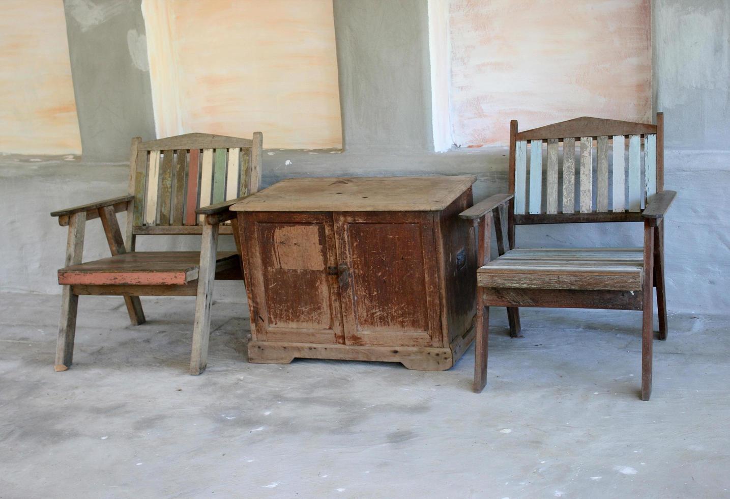 houten stoelen en tafel foto