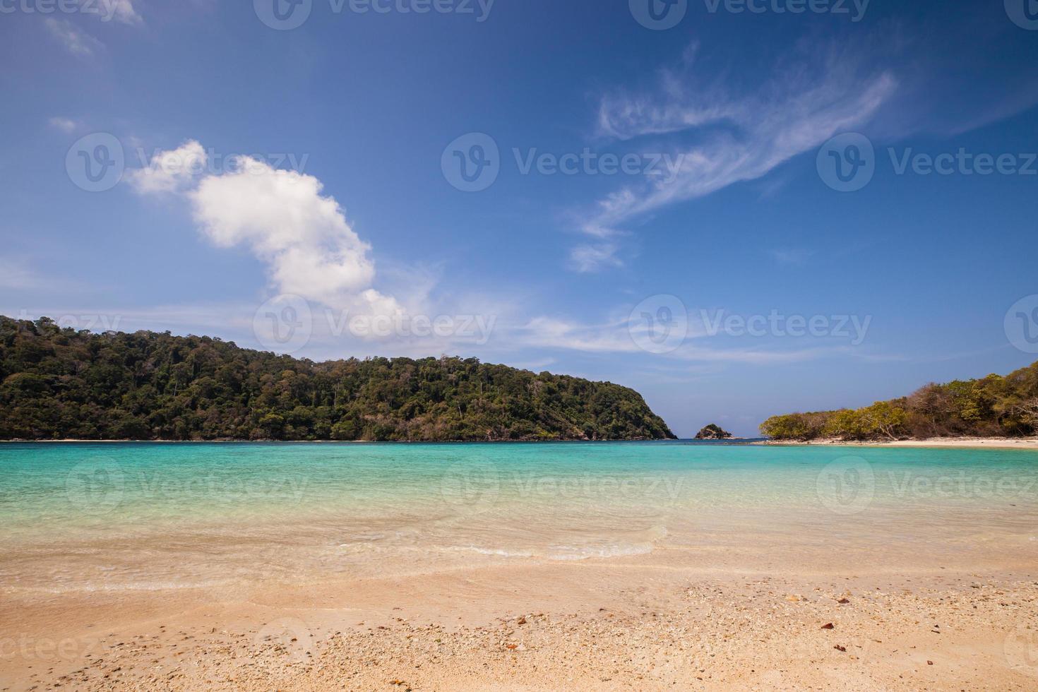 tropisch strand gedurende de dag foto