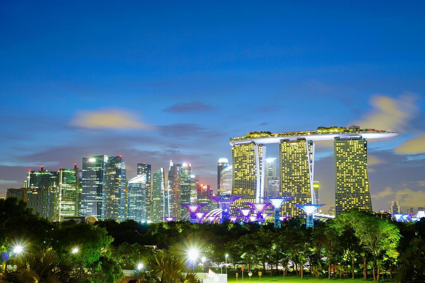 stadsgezicht van Singapore bij nacht foto