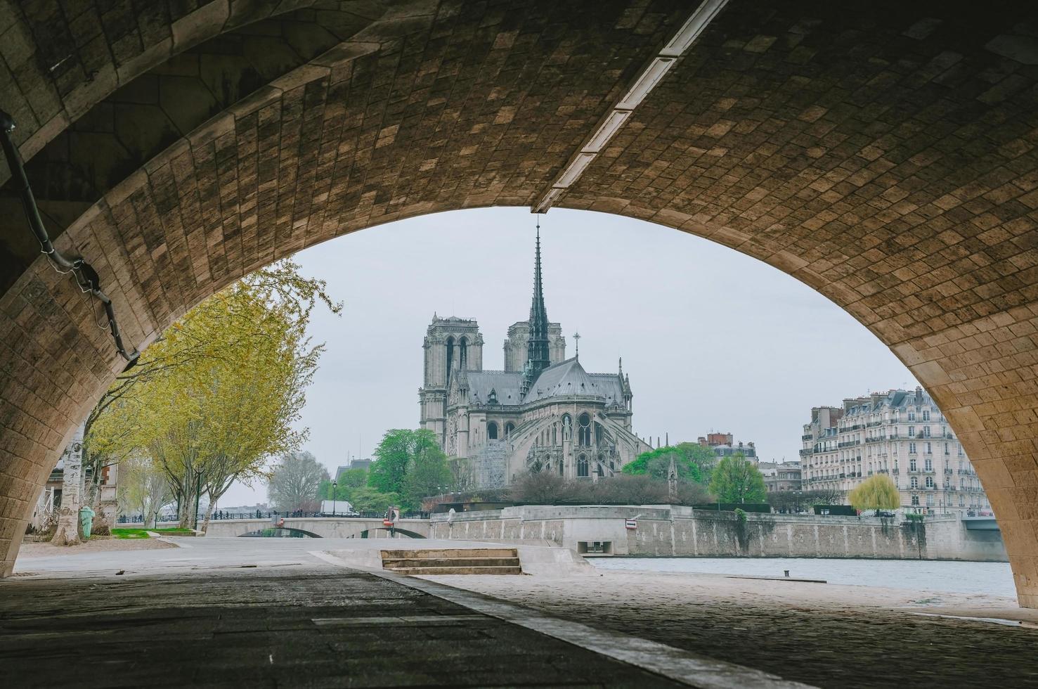 panoramisch uitzicht op de notre dame in parijs foto