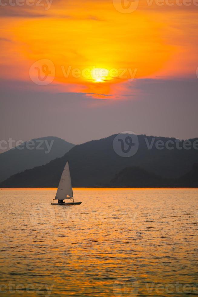 zeilboot en zonsondergang foto