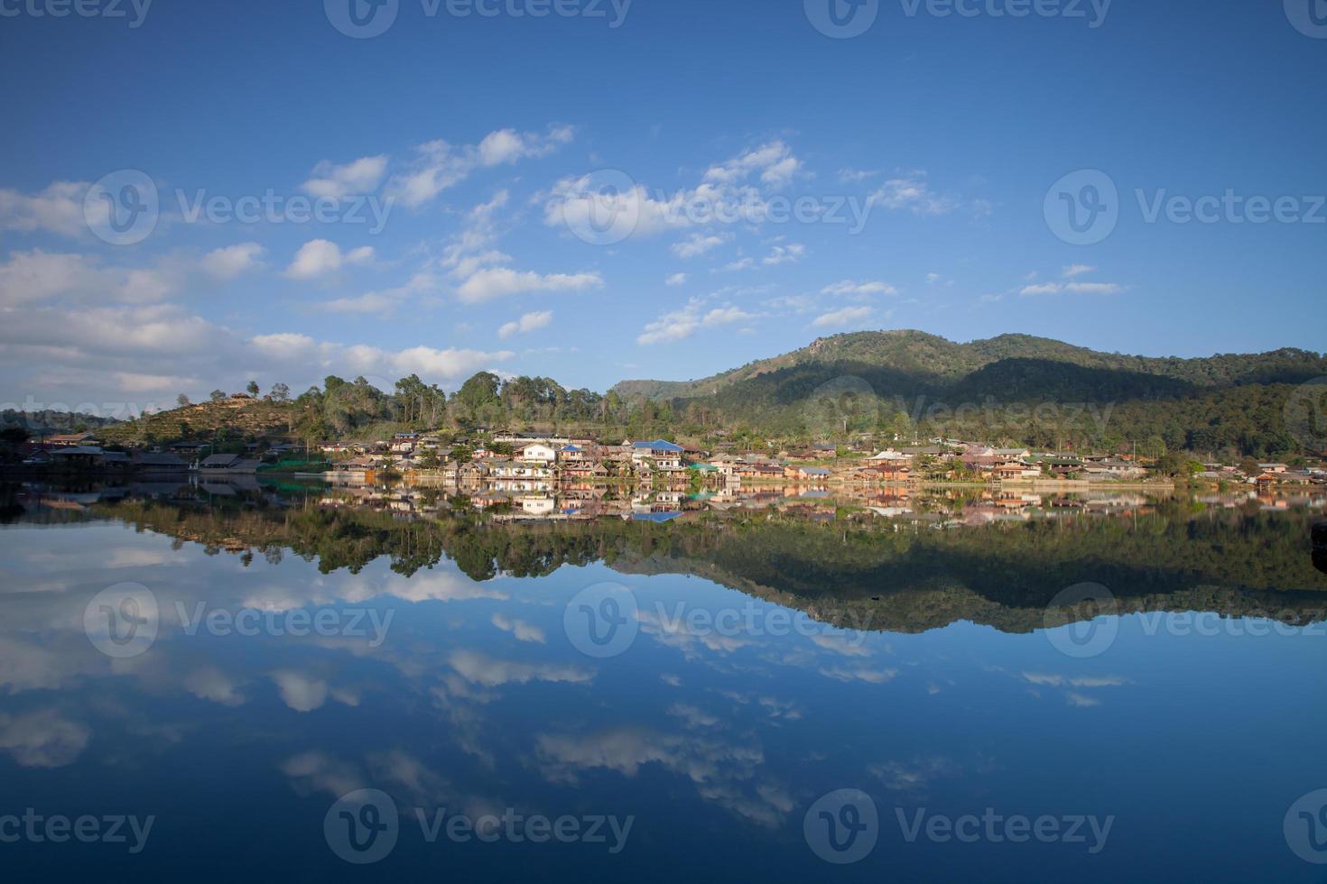 dorp onder een bewolkte hemel foto
