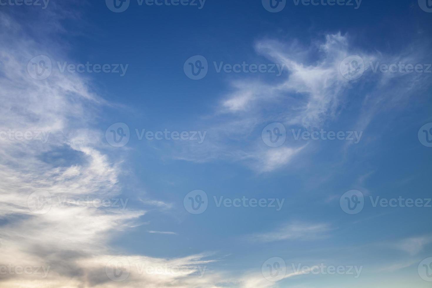 piekerige wolken in een blauwe lucht foto