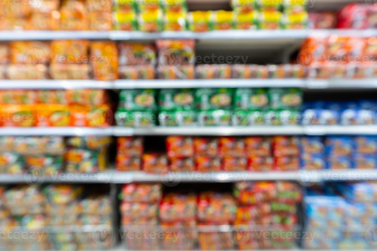 wazig schappen in de supermarkt foto