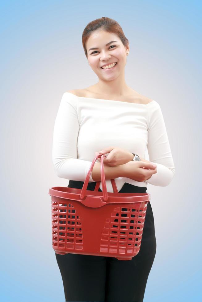 lachende jonge vrouw aziaat met winkelmandje foto