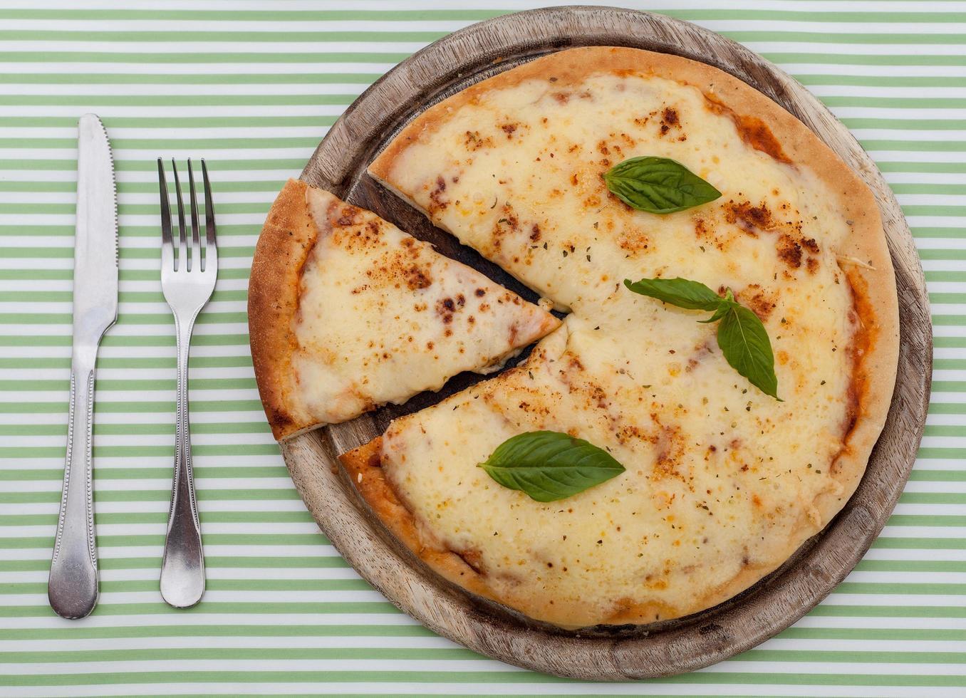 kaas pizza en bestek foto