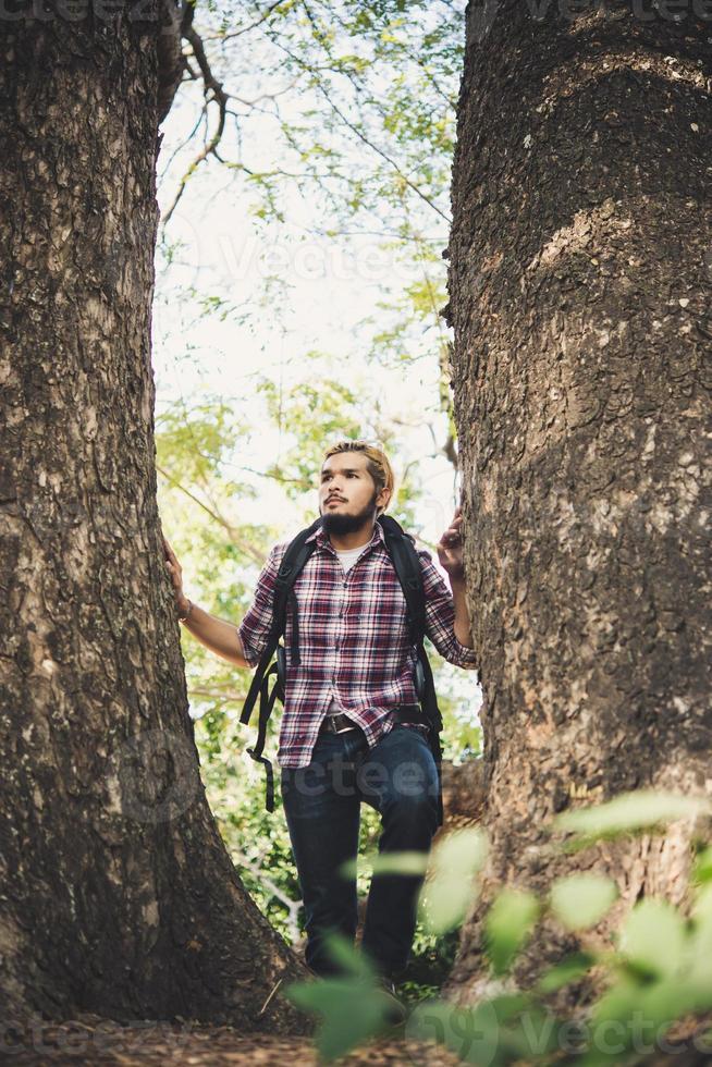 man wandelen in het bos foto